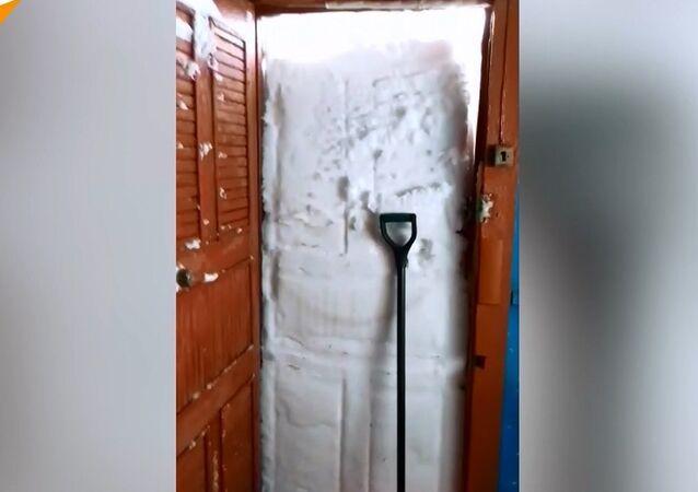 Kapıyı açıp kardan duvara böyle tosladı