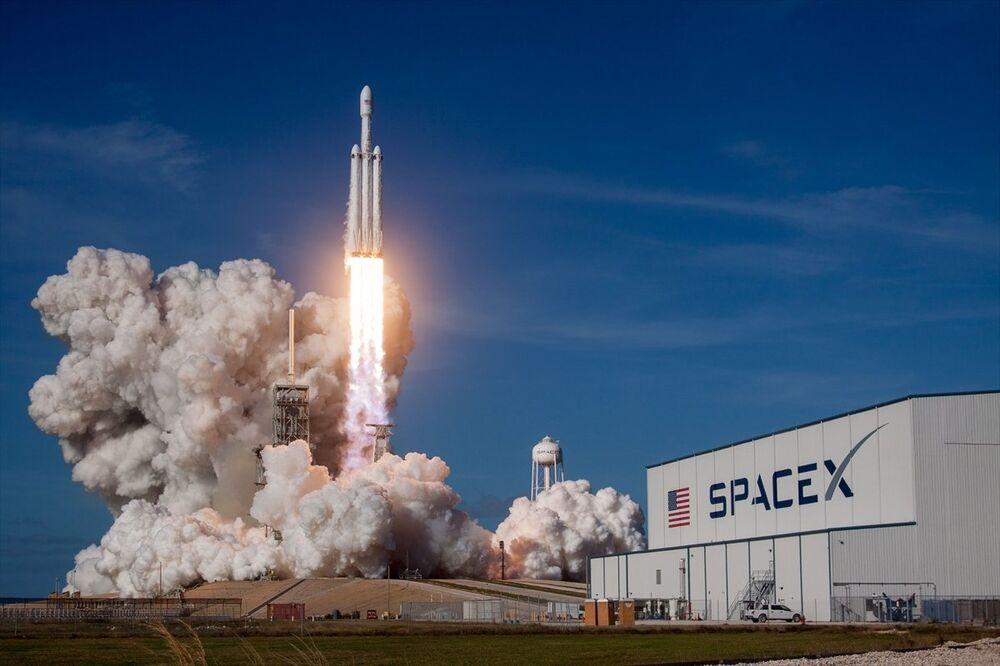 SpaceX, Falcon Heavy roketini fırlattı