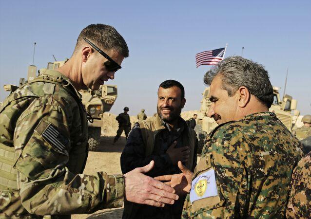 ABD'li Tümgeneral Jamie Jarrard ile Menbiç Askeri Konseyi komutanı Muhammed Ebu Adil