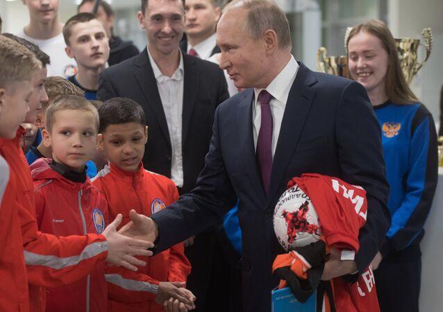 Rusya Devlet Başkanı Vladimir Putin, Krasnoyarsk'taki 'Totem' futbol kulübünün oyuncuları ile birlikte.