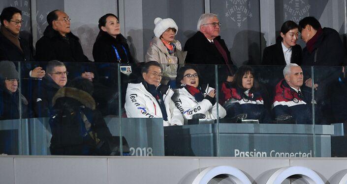 Pyeongchang Kış Olimpiyatları'nda Kuzey Kore lideri Kim Jong-un'un kızkardeşi Kim Yo-jong, Kuzey Kore temsili Devlet Başkanı Kim Yong-nam, Güney Kore Devlet Başkanı Moon Jae-in ve eşi Kim Jung-sook ile ABD Başkan Yardımcısı Mike Pence aynı karede görüntülendi