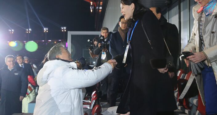 Kuzey Kore lideri Kim Jong-un'un kız kardeşi Kim Yo-jong ile Güney Kore lideri Moon Jae-in törenin başlamasından hemen önce tokalaştı.