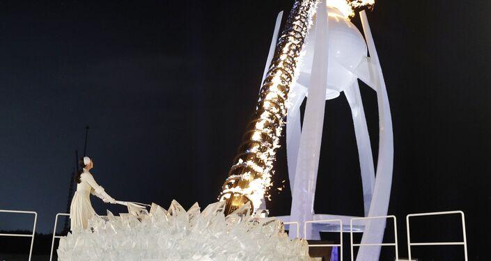 Olimpiyat meşalesini Güney Koreli buz patenci Kim Yu-na yaktı.