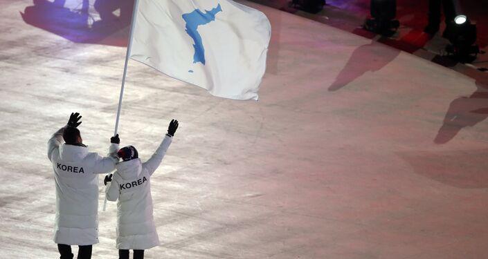 Pyeongchang Organizasyon Komitesi Başkanı Lee Hee-beom Kuzey ve Güney Kore, Olimpiyat Oyunları sayesinde bir oldu. PyeongChang Olimpiyatları yalnızca Kore Yarımadası'nda değil tüm kuzeydoğu Asya'da ve tüm dünyada barış uman herkes için umut ve ışık olur dedi.