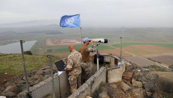 İsrail- Suriye sınırı yakınındaki İsrail işgali altındaki Golan Tepeleri'nde nöbet tutan BM askerleri - Sputnik Türkiye
