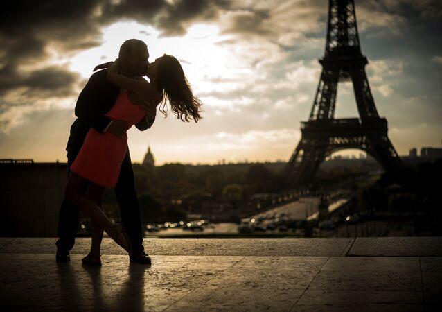 Paris Eyfel öpüşme