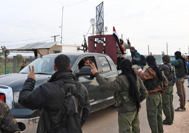 Afrin'e giren Suriye hükümeti güçlerine bağlı milisleri Kürt savaşçılar (YPG) karşıladı. 20 Şubat 2018