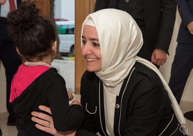 İslam İşbirliği Teşkilatı (İİT) üye ülkelerinin katılımıyla 5. İslam Ülkeleri Çocuktan Sorumlu Bakanlar Konferansı kapsamında Fas'a gelen Aile ve Sosyal Politikalar Bakanı Fatma Betül Sayan Kaya, başkent Rabat'ta, terk edilmiş çocuklar merkezini ziyaret etti.
