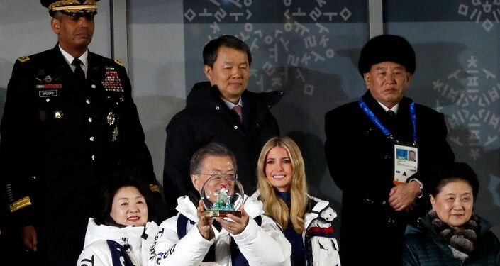 Bu arada Yonhap ajansının Güney Kore Başkanlık Sarayı'ndan yapılan açıklamaya dayandırdığı haberine göre, Kim, Devlet Başkanı Moon Jae-in ile bir araya geldi. Görüşmede, Kuzey Kore'nin Washington ile bağları güçlendirme isteğini dile getiren Kim, Kuzey Kore'nin ABD ile görüşmelerde bulunmaya açık olduğunu ifade etti.