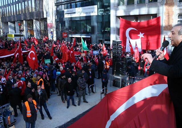 Belçika'nın başkenti Brüksel'de Türk Silahlı Kuvvetlerince (TSK) Afrin'de yürütülen Zeytin Dalı Harekatına destek amacıyla Birlik, Beraberlik ve Kardeşlik mitingi düzenlendi.