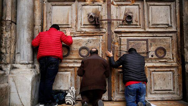 Kudüs-Kutsal Kabir Kilisesi kapısı önündeki ibadetçiler - Sputnik Türkiye