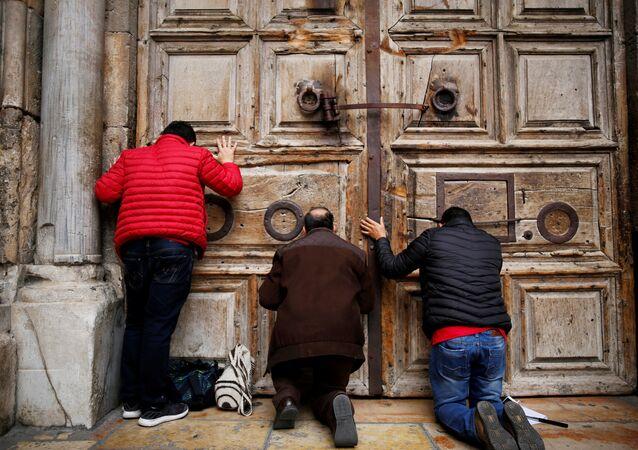 Kudüs-Kutsal Kabir Kilisesi kapısı önündeki ibadetçiler