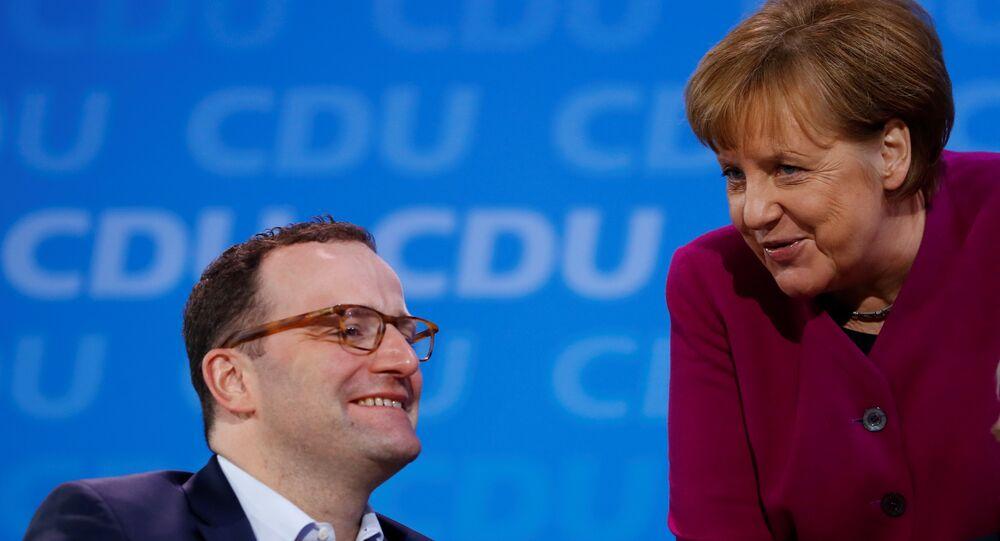 CDU içinde en önde gelen Merkel tenkitçisi olan, kadın başbakanı özellikle 2015'te kapıları Suriyeli sığınmacılara açma kararından ötürü yerden yere vuran Jens Spahn'ın yeni kabinede sağlık bakanı olması bekleniyor.