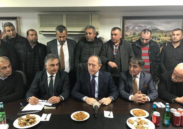 CHP İstanbul Milletvekili Akif Hamzaçebi, İstanbul Taksiciler Esnaf Odasını (İTEO) ziyaret ederek, taksi esnafının sorunlarını dinledi.