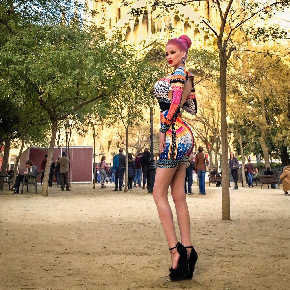 Barbie görünümlü Çekyalı  kız