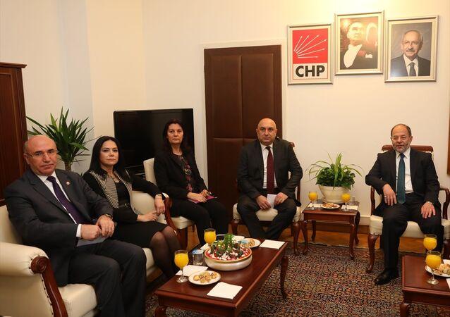 Başbakan Yardımcısı Recep Akdağ, CHP Grup Başkanvekili Engin Özkoç'u TBMM'de ziyaret etti.