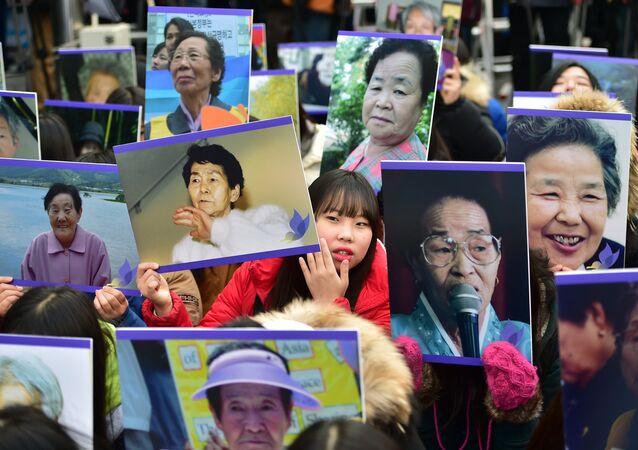 Japonya'nın 2. Dünya Savaşı'nda Güney Koreli kadınları 'rahatlama kadınları' adı altında seks kölesi yapması Seul Japonya Büyükelçiliği önü protesto
