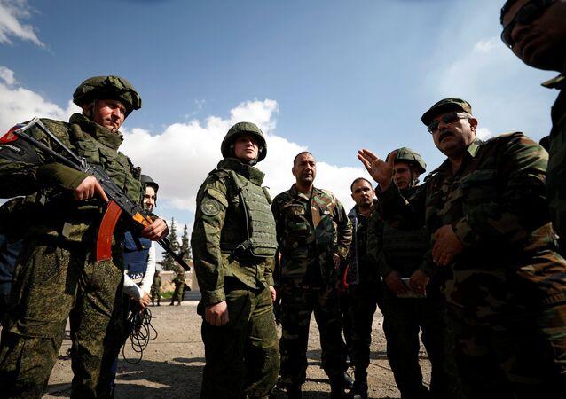 Rus ve Suriyeli askerler Doğu Guta'da dışındaki bölgede