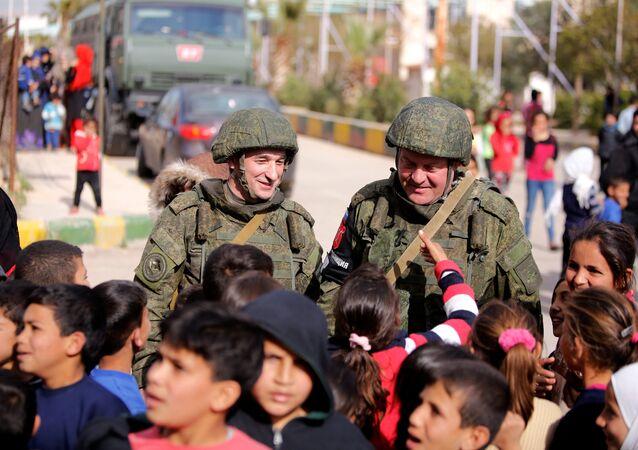 Rus askerleri El Vafedin kampında Suriyeli çocuklarla