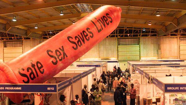 Güney Afrika Johannesburg 2002 Sürdürülebilir Kalkınma Zirvesi HIV/AIDS dev prezervatif - Sputnik Türkiye