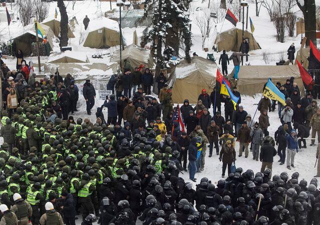 Ukrayna Parlamentosu önünde çadır kuran Saakaşvili destekçilerine müdahale