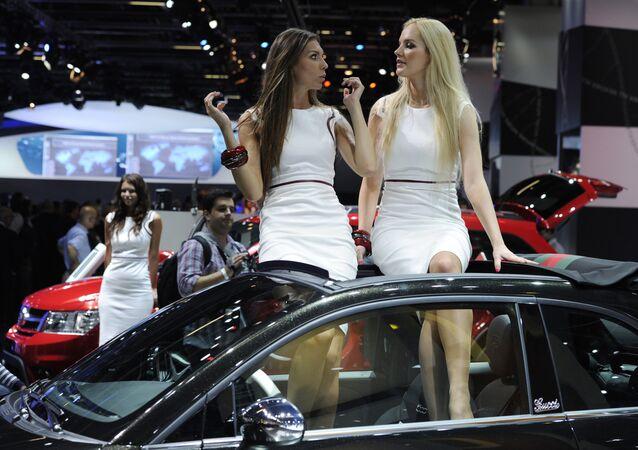 dünyanın en büyük otomobil fuarı IAA Frankfurt am Main Almanya otomobil üzerinde oturan hostesler modeller