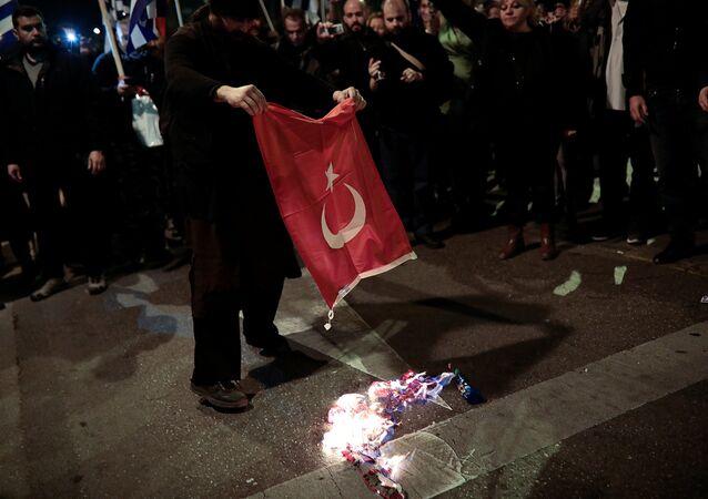 Yunanistan'da Türk bayrağı yakıldı
