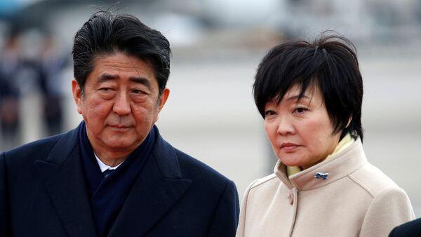 Japonya Başbakanı Şinzo Abe, eşi Akie - Sputnik Türkiye