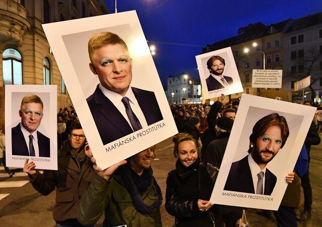 Slovakya, Bratislava, Başbakan Robert Fico, İçişleri Bakanı Robert Kalinak posterleriyle yolsuzluk karşıtı protesto, gazeteci Jan Kuciak-nişanlısı Martina Kusnirova cinayetlerinin ardından