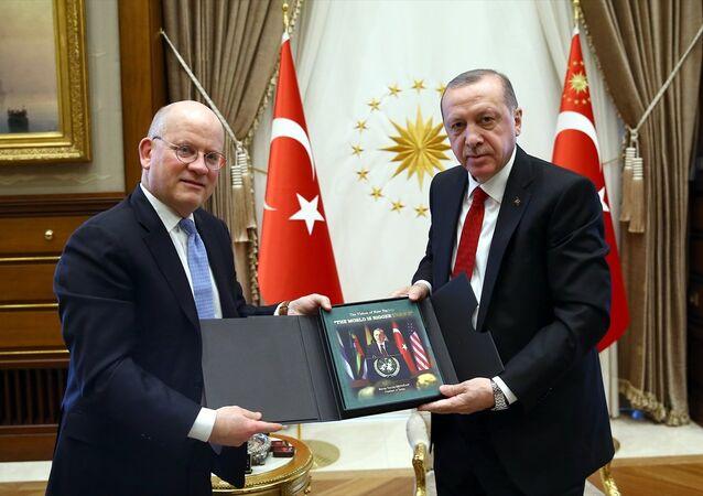 Cumhurbaşkanı Recep Tayyip Erdoğan, General Electric Üst Yöneticisi John Flannery'i Cumhurbaşkanlığı Külliyesi'nde kabul etti.