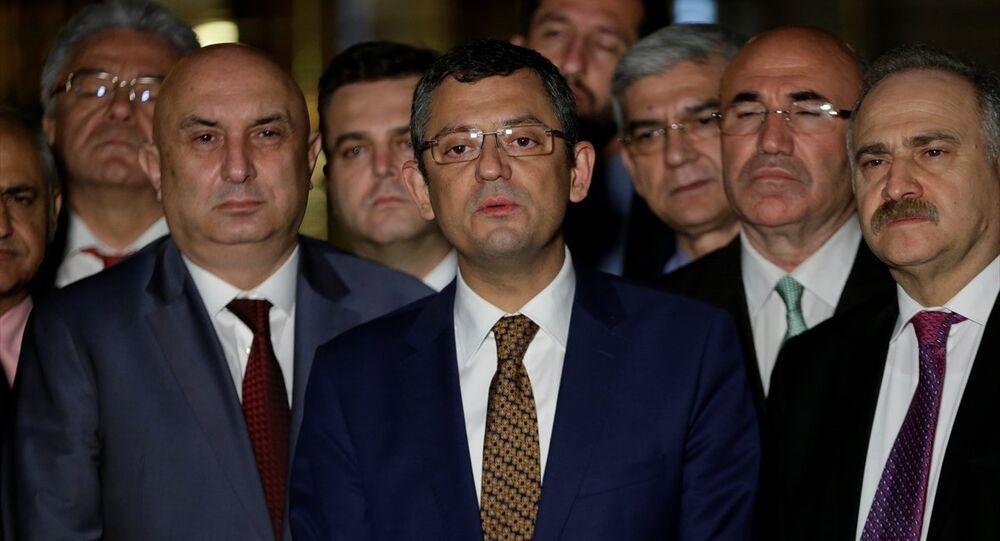CHP Grup Başkanvekili Özgür Özel, AK Parti ve MHP'nin siyasi partilerin seçim ittifakına olanak sağlayan düzenlemeyi de içeren ortak kanun teklifinin Genel Kuruldaki görüşmeleri sürerken partisinin milletvekilleriyle Meclis Basın Kapısı önünde basın açıklaması yaptı. Meclis'te milli iradeyi çalmaya çalışanlar olduğunu öne süren Özel ve beraberindeki milletvekilleri durumu alkışlarla protesto etti.
