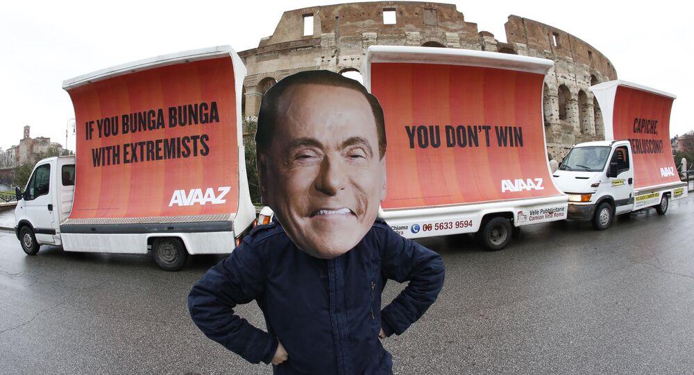 Silvio Berlusconi maskeli protesto, Avaaz  organizasyonu, 'If you Bunga Bunga with extremists, you don't win. Capiche, Berlusconi?', Kolezyum, Roma
