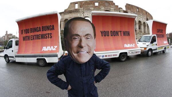 Silvio Berlusconi maskeli protesto, Avaaz  organizasyonu, 'If you Bunga Bunga with extremists, you don't win. Capiche, Berlusconi?', Kolezyum, Roma - Sputnik Türkiye
