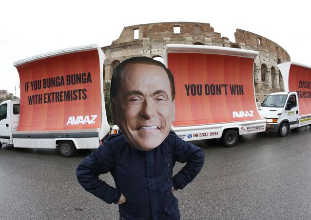 Silvio Berlusconi maskeli protesto, Avaaz  organizasyonu, 'If you Bunga Bunga with extremists, you don't win. Capiche, Berlusconi?', Kolezyum, Roma