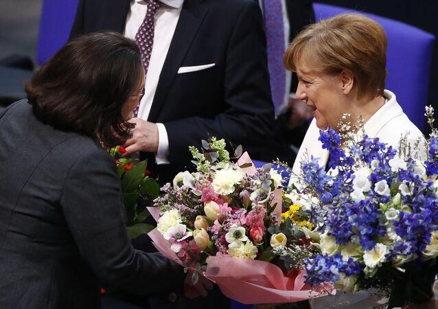 Alman meclisinde oylama: CDU lideri Angela Merkel 4. kez başbakan seçildi. Milletvekilleri sonucu alkışladı, partilerin meclis grup başkanları Merkel'i tebrik edip çiçek hediye etti.