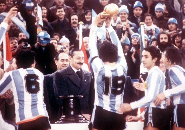 Arjantin 1978 FIFA Dünya Kupası, cunta lideri Jorge Rafael Videla başta kaptan Daniel Passarella (No 19) Arjantin milli takım futbolcularına Dünya Kupası'nı veriyor, River Plate Stadium, Buenos Aires, 25 Haziran 1978.