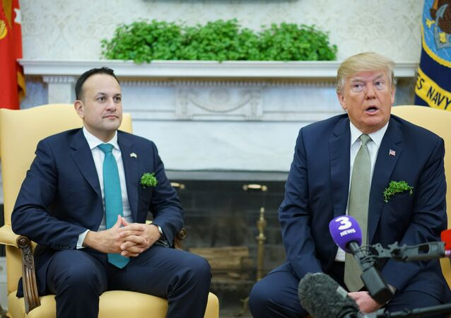 Aziz Patrik Festivali öncesi ABD Başkanı Donald Trump, Beyaz Saray'da İrlanda Başbakanı Leo Varadkar'ı ağırladı.  Oval Ofis'te kameraların karşısına geçip el skışan iki liderin mendil ceplerinden fışkıran yeşil otlar dikkatlerden kaçmadı.