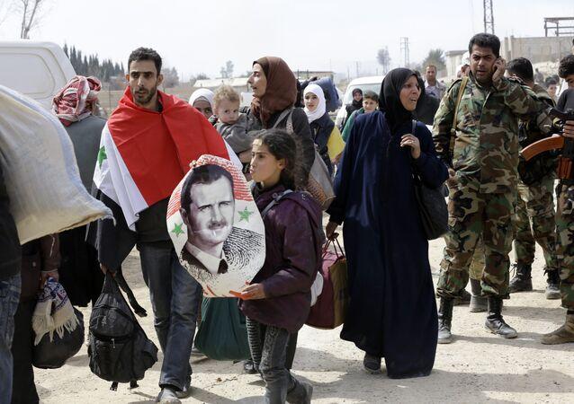 Doğu Guta'dan tahliye edeilen siviller