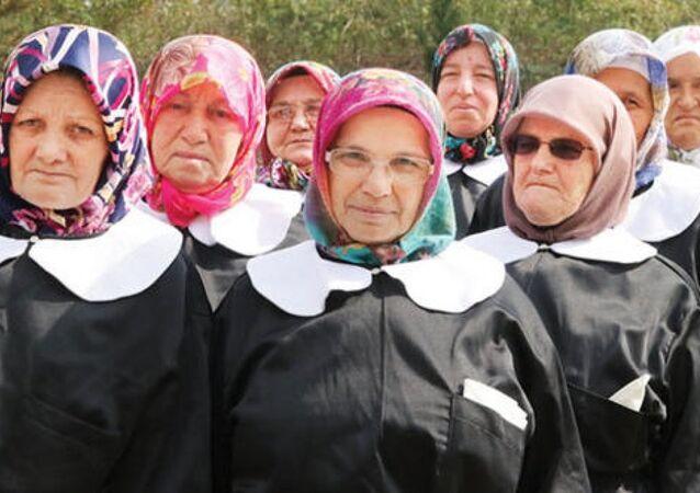 Samsun'da 60 yaş üzeri 8 kadın, siyah önlük beyaz yakalarla okuma yazma kursuna gidiyor