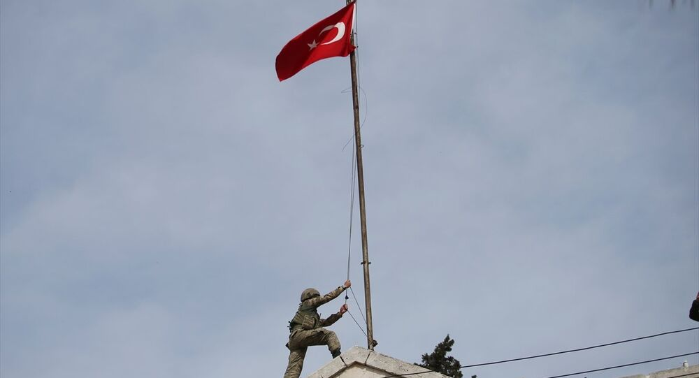 Afrin ilçe merkezi hükümet binasına Türk bayrağı çekildi