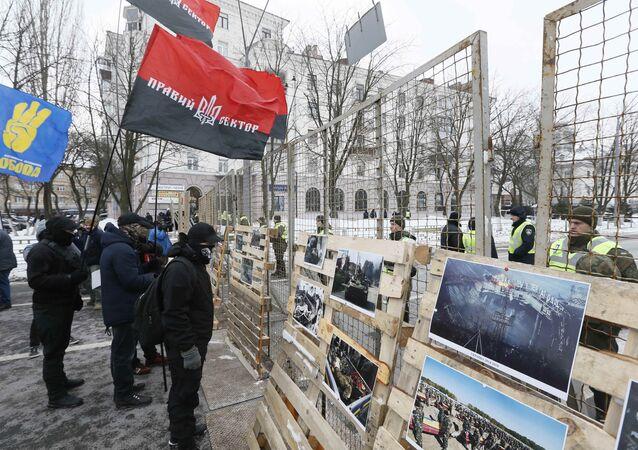 Rusya'nın Kiev'deki Konsolosluğu önünde protesto