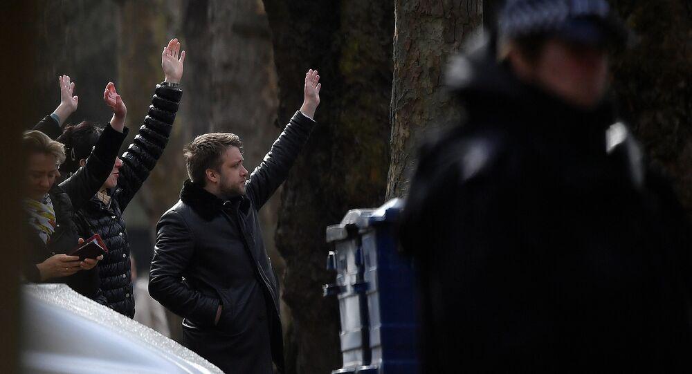 Londra'nın sınır dışı edeceği 23 Rus diplomat büyükelçilik binasından ayrıldı