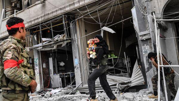 Afrin'deki dükkanları yağmaladığı belirtilen ÖSO üyeleri - Sputnik Türkiye