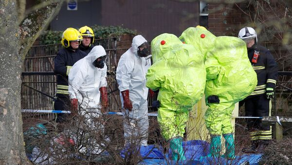Officials in protective suits check their equipment before repositioning the forensic tent, covering the bench where Sergei Skripal and his daughter Yulia were found, in the centre of Salisbury, Britain, March 8, 2018 - Sputnik Türkiye