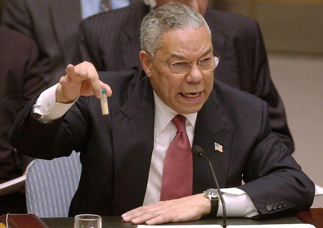 Госсекретарь Колин Пауэлл с пробиркой на заседании Совбеза ООН, 2003 год