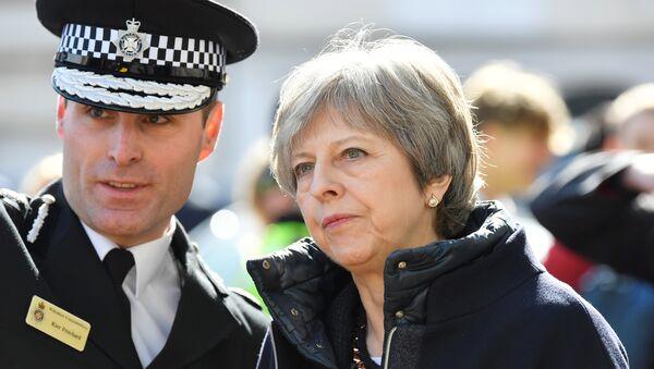 İngiltere, Salisbury, 15 Mart 2018, İngiltere Başbakanı Theresa May olay yerinde polis eşliğinde incelemelerde bulundu. - Sputnik Türkiye