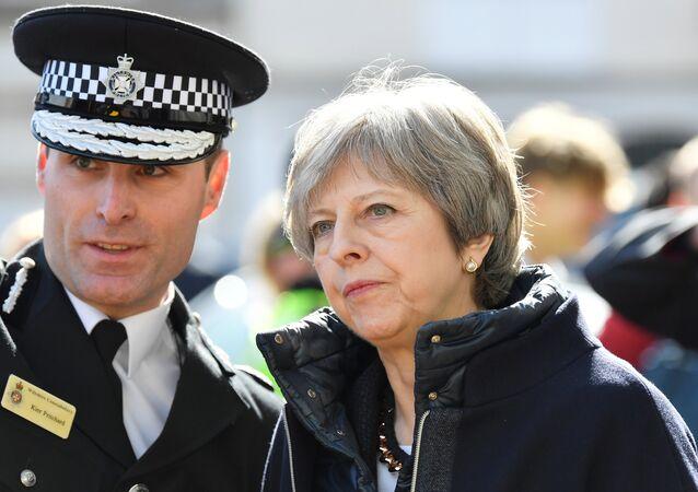 İngiltere, Salisbury, 15 Mart 2018, İngiltere Başbakanı Theresa May olay yerinde polis eşliğinde incelemelerde bulundu.