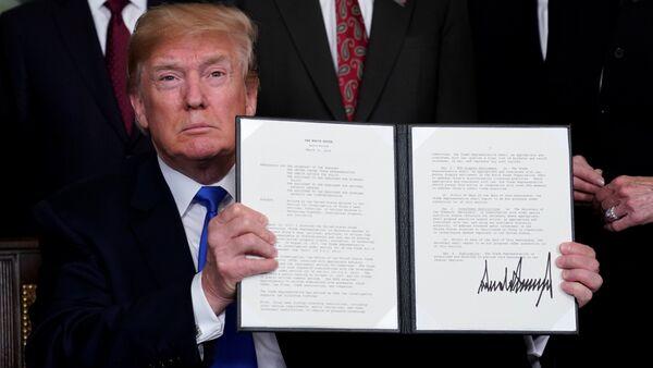 ABD Başkanı Donald Trump, Çin mallarına 50 milyar dolarlık ek gümrük vergisi getirecek olan kararnameyi imzaladı. - Sputnik Türkiye