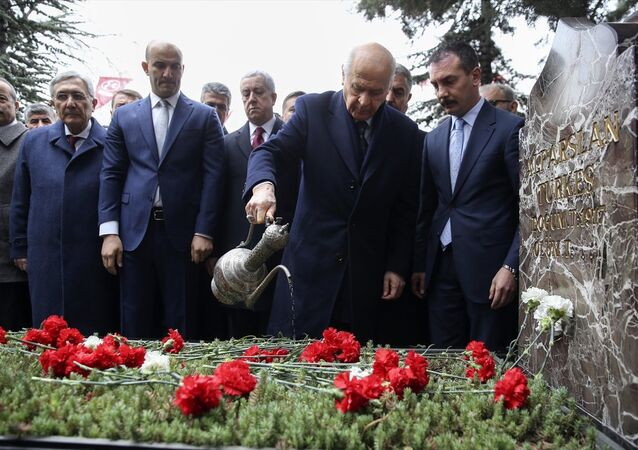 Milliyetçi Hareket Partisi (MHP) Genel Başkanı Devlet Bahçeli, Merkez Yönetim Kurulu (MYK) ve Merkez Disiplin Kurulu (MDK) üyeleri ile Alparslan Türkeş'in anıt mezarını ziyaret etti.
