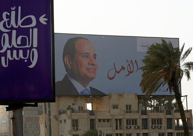 Kahire'de bir seçim afişi. Afişte Cumhurbaşkanı Sisi'nin fotoğrafının yanında 'Umut sizsiniz' yazıyor